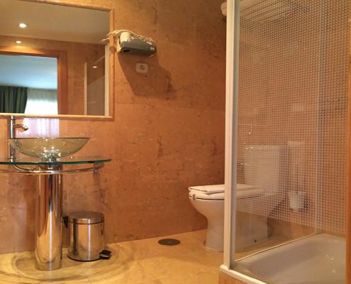 Baño Habitación Comunicada cuatro personas