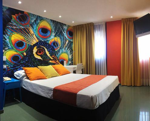 habitación doble decorada con pavo real de colores