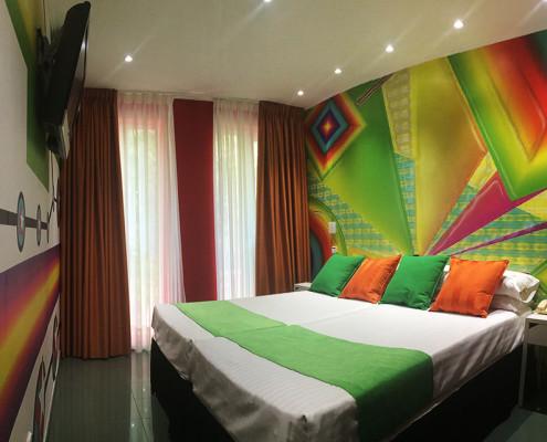 habitación doble o triple colorida