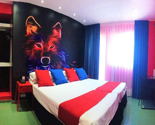 habitación doble o triple con fotografía de lobo
